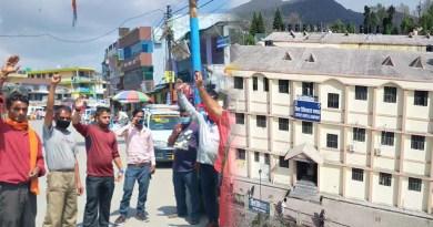 चंपावत: वेतन ना मिलने पर जिला अस्पताल के सर्जन ने दिया इस्तीफा, विरोध में सड़क पर उतरे लोग