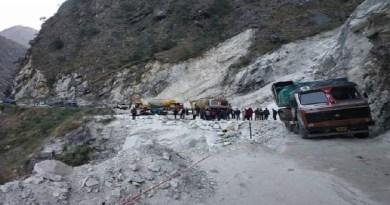 चमोली में हेलंग के पास राष्ट्रीय राजमार्ग 07 बाधित हो गया है। हाईवे पर एक ट्राला खराब हो गया है। ऐस में हाईवे बाधित हो गया है।