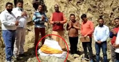 चंपावत के ऋषेश्वर मंदिर में धर्मशाला निर्माण के दौरान एक अनोखा पत्थर निकला है। पत्थर को देखने के लिए लोगों की भीड़ उमड़ रही है।