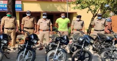 खटीमा पुलिस को मिली सफलता, चेकिंग के दौरान पकड़े गए दो बाइक चोर, सात बाइकें बरामद