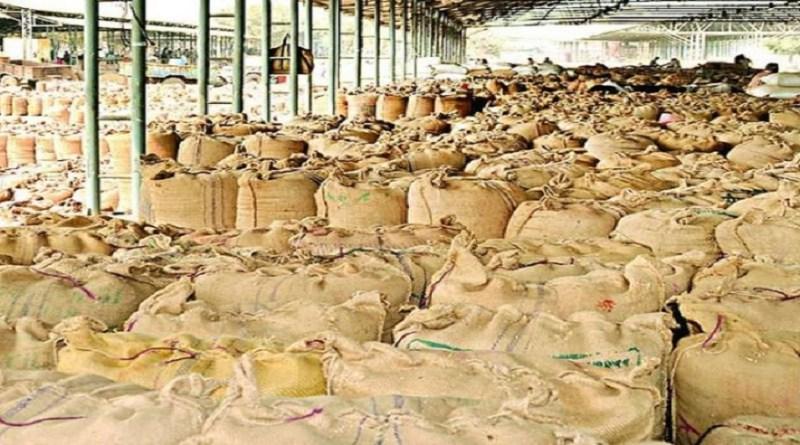 हरिद्वार में धान क्रय केंद्रों पर सक्रिय दलालों पर प्रशासन ने शिकंजा कसा है। छापेमारी के दौरान केंद्रों पर गड़बड़ियां पाई गई हैं।