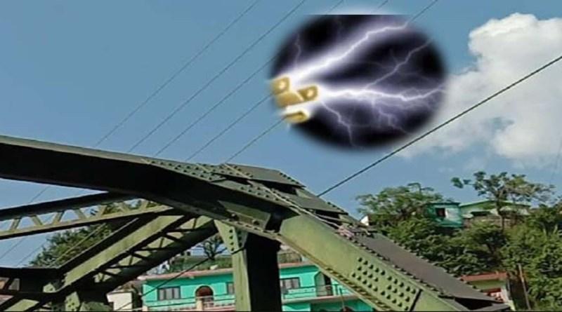 टिहरी: मौत को दावत दे रहा पुल से गुजर रहे ये तार! शिकायत के बाद भी अनजान बने हैं अधिकारी