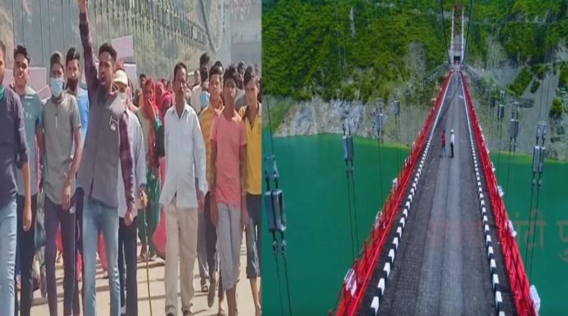 प्रदर्शन स्थल बना डोबरा-चाठी पुल! पुनर्वास की मांग को लेकर ग्रामीणों का प्रदर्शन, दी आंदोलन की चेतावनी