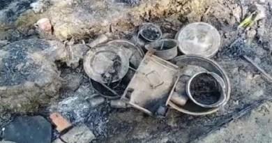 उधम सिंह नगर के बाजपुर के मुडिया कला गांव में तीन झोपड़ी में अचानक लगने से सब कुछ जलकर खाक हो गया।