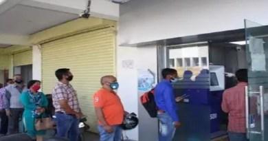 अल्मोड़ा में पिछले कई दिनों में बैंकों में कैश की किल्लत हो चुकी है। शुक्रवार को एक बार फिर कैश की किल्लत के बाद बैंकों में लोगों की भारी भीड़ उमड़ पड़ी।