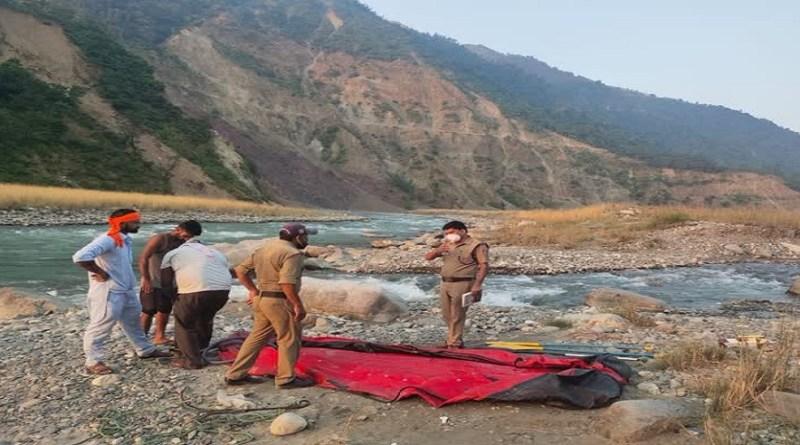 उत्तराखंड के कटापत्थर इलाके में पिकनिक मनाने आया एक युवक बह गया। बताया जा रहा है कि युवक यमुना नदी के किनारे गया था।