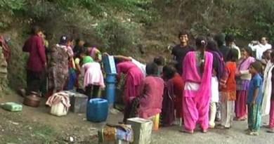 अल्मोड़ा में नगर और नगर से सटे गावों में पानी की किल्लत है। लोगों ने प्यास बुझाने के लिए बड़ी मशक्कत करनी पड़ रही है।