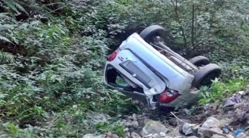चंपावत जिले के पाटी में अमोली गांव के पास बेकाबू होकर कार के खाई में गिरने से ड्राइवर की मौके पर ही मौत हो गई है। वहीं, इस हादसे में तीन लोग घायल हो गए।