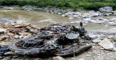 उत्तराखंड के चमोली जिले के तपोवन से आगे मलारी के पास एक बाइक धौली गंगा नदी में गिर गई। बाइक पर मां-बेटा सवार थे