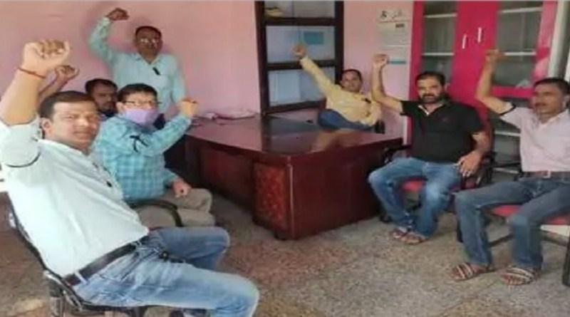 उत्तराखंड के चंपावत में स्वजल कर्मचारियों का कार्य बहिष्कार लगातार जारी है। वेतन देने की मांग को लेकर कर्मचारी पिछले एक हफ्ते से कार्यालय परिसर में ही प्रदर्शन कर रहे हैं।