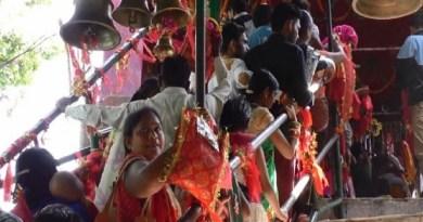 शनिवार से शुरू हो रहे नवरात्रि की तैयारियां कहीं पूरी हो चुकी हैं, कहीं पर अभी भी चल रही है। नवरात्र को लेकर चंपावत के बाजार भी पूरी तरह से सज गए हैं।
