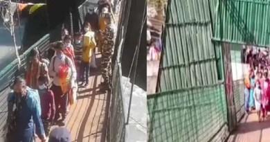 पिथौरागढ़ में नेपाल की पुलिस ने झूला पुल के रास्ते नेपाल जाने वाले वहीं के नागरिकों की एंट्री पर कुछ देर के लिए रोक लगा दी।