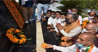 मुजफ्फरनगर कांड की बरसी पर सीएम त्रिवेंद्र सिंह रावत ने रामपुर तिराहा शहीद स्मारक पर आंदोलनकारियों को श्रद्दांजलि दी। उन्होंने शहीद स्थल पर फूल अर्पित कर आंदोलनकारियों की शहादत को सलाम किया।