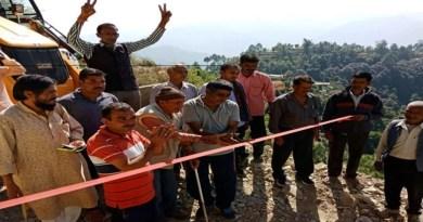 चमोली के पोखरी ब्लॉक के सतभैया कोट-खुलाई के ग्रामीणों ने खुद से गांव को जोड़ने वाली करीब 2 किलोमीटर की सड़क खुद ही बना डाली।