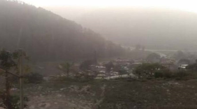 उत्तराखंड के पहाड़ी इलाकों में बर्फबारी के बाद कड़ाके ठंड पड़नी शुरू हो गई है। अल्मोड़ा में मौसम बदल रहा है। ठंड बढ़ गई है।