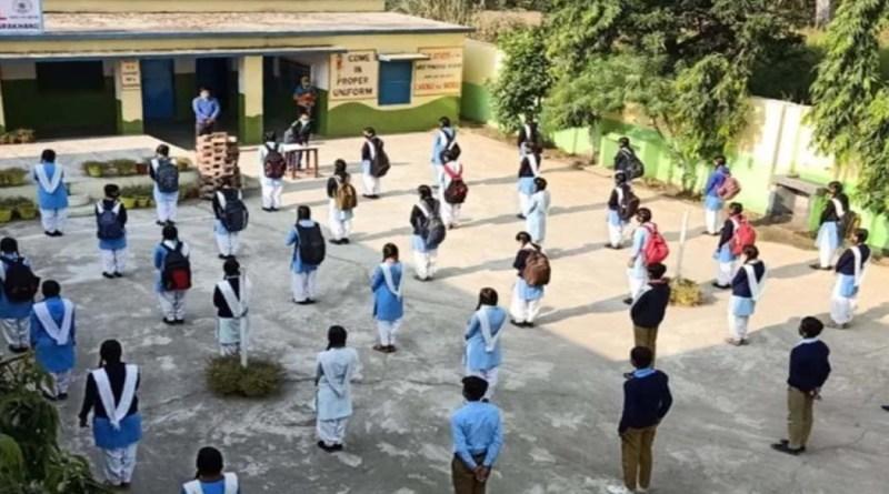 पौड़ी: बच्चों के भविष्य पर मंडरा रहा खतरा! कोरोना के डर से छात्रों के स्कूल पहुंचने में आई कमी