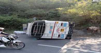 कोटद्वार में हाईवे पर पलटी यात्रियों से भरी बस, ड्राइवर की समझदारी से टला बड़ा हादसा