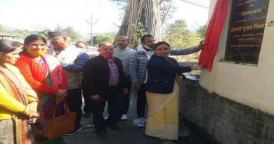 श्रीनगर में पालिका अध्यक्ष पूनम तिवारी ने आवारा पशुओं के लिए तैयार गौशाला और ओपन पार्किंग का लोकार्पण किया।
