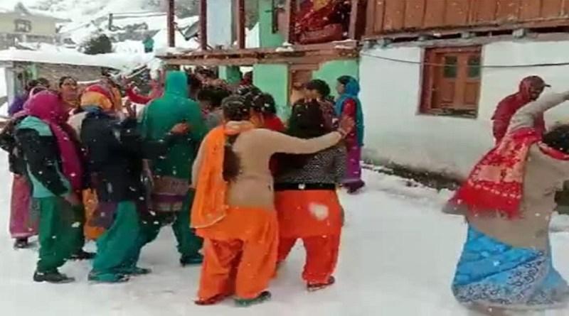 उत्तराखंड के पहाड़ी इलाकों में बर्फबारी हो रही है। सैलानियों के साथ स्थानीय लोग भी बर्फबारी का खूब आनंद ले रहे हैं।