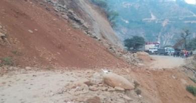 चमोली में गौचर के पास पहाड़ी से पत्थर और मलबा गिरने से बदरीनाथ नेशनल हाईवे बंद हो गया है। रास्ता बंद होने की वजह से दोनों तरफ गाड़ियों की लंबी कतार लग गई है।