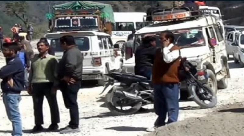 पिथौरागढ़ में घाट ऑलवेदर सड़क निर्माण की वजह से हर दिन लगने वाला जाम लोगों के लिए सिरदर्द बन गया है।