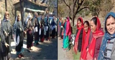 चमोली के कर्णप्रयाग ब्लॉक में सड़क को चौड़ी करने की मांग को लेकर ग्रामीणों ने 19 किमी. लंबी मानव श्रृंखला बनाकर सरकार के सामने अपनी मांग रखी।