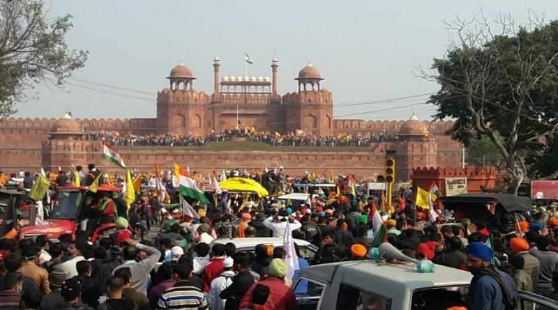 गणतंत्र दिवस के मौके पर ट्रैक्टर मार्च करते हुए किसान दिल्ली में घुसे और जमकर हंगामा किया। इस दौरान किसान लाल किले में घुसे और लाल किले की प्राचीर पर झंडा फहरा दिया।