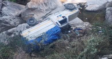 उत्तरकाशी में दर्दनाक सड़क हादसा हुआ है। हुडोली के पास बेनाई खड़ में एक यूटिलिटी वाहन खाई में जा गिरा।