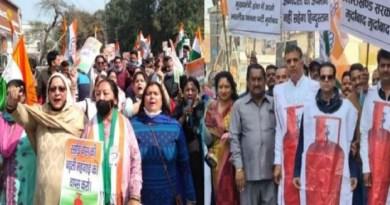 महंगाई और तीनों कृषि कानूनों को लेकर उत्तराखंड कांग्रेस ने शनिवार को प्रदेशव्यापी प्रदर्शन किया। देहरादून में कांग्रेस कार्यकर्ताओं कई जगह पर रैली निकाली और केंद्र के साथ ही राज्य सरकार के खिलाफ नारेबाजी की।