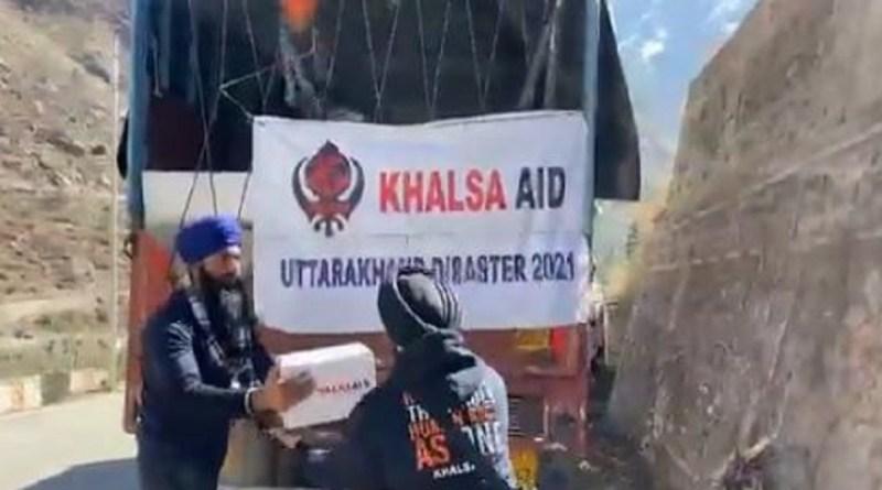 खालसा एड की टीम भी मुसीबत में फंसे लोगों की मदद कर रही है। खासला एड टीम की इस दरियादिली का वीडियो सोशल मीडिया पर तेजी से वायरल हो रहा है।