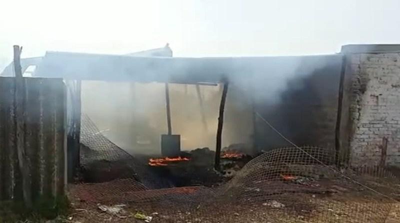 हरिद्वार में पिरान कलियर में आग का तांडव देखने को मिला है। पटाखा गोदाम में भीषण आग लगने से दो मजदूरों की मौत हो गई है।