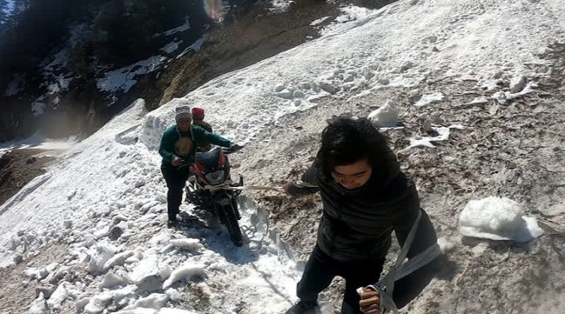 पिथौरागढ़ में चीन सीमा के करीब दारमा घाटी में ग्लेशियर खिसकने से सड़क बंद हो गई है।
