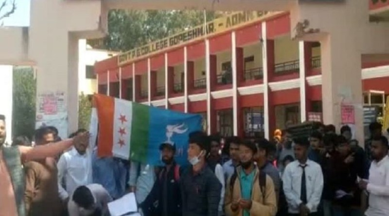 चमोली के श्रीदेवी सुमन यूनिवर्सिटी में शिक्षक अभिभावक संघ अध्यक्ष के चयन को लेकर NSUI ने जमकर हंगामा किया।