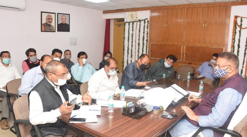 कैबिनेट मंत्री गणेश जोशी ने ली विभागीय अधिकारियों की समीक्षा बैठक, दिए ये निर्देश