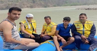 ऋषिकेश में त्रिवेणी घाट पर गंगा में नहाते समय डूबने से एक युवक की मौत हो गई। वहीं दो लोगों को बचा लिया गया।