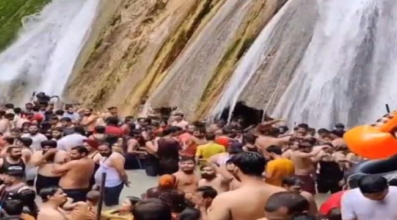 इन दिनों केम्पटी फॉल की एक वीडियो सोशल मीडिया पर तेजी से वायरल हो रहा है। जिसमें लोग जमकर नहा रहे हैं। यहां कोई भी कोरोना प्रोटोकॉल को फॉलो करता दिखाई नहीं दे रहा है।