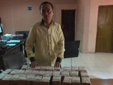 Chinese Man Arrested At A Nigerian Airport Over Controversial Amount Of Money