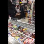 【動画】コンビニで爺が大激怒! 店員に商品を投げつけ土下座強要…