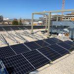 Zonnepanelen op platdak gemonteerd