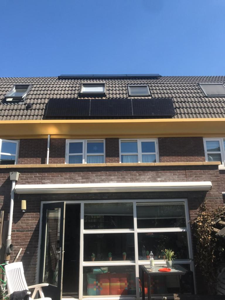 Foto van de zonne-energie installatie die is gemonteerd door de monteurs van NewSolar