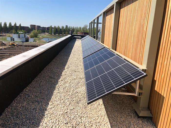 NewSolar monteert PV panelen met wandbeugels