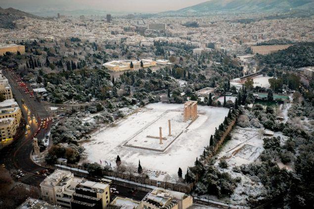 Στύλοι Ολυμπίου Διός, πίσω το Ζάππειο και δεξιά το Καλλιμάρμαρο