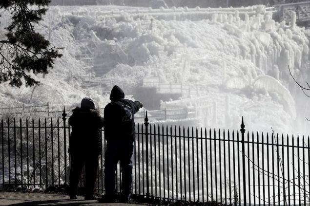 Ενα πέπλο πάγου έχει καλύψει τα πάντα στο Σικάγο./ΑΡ