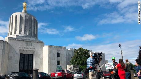 Oregon sends police to bring back Republicans who left state over climate bill