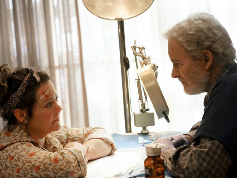 THE STARLING (L-R): MELISSA MCCARTHY as LILLY, KEVIN KLEIN as LARRY. CR: HOPPER STONE/NETFLIX.