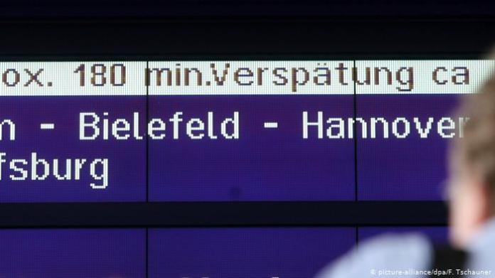 Sign for a delayed train (picture-alliance / dpa / F. Tschauner)