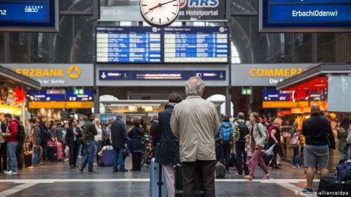 People at a train station (picture-alliance / dpa)