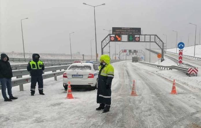 Движение по Крымскому мосту второй раз за сутки закрыли из-за непогоды