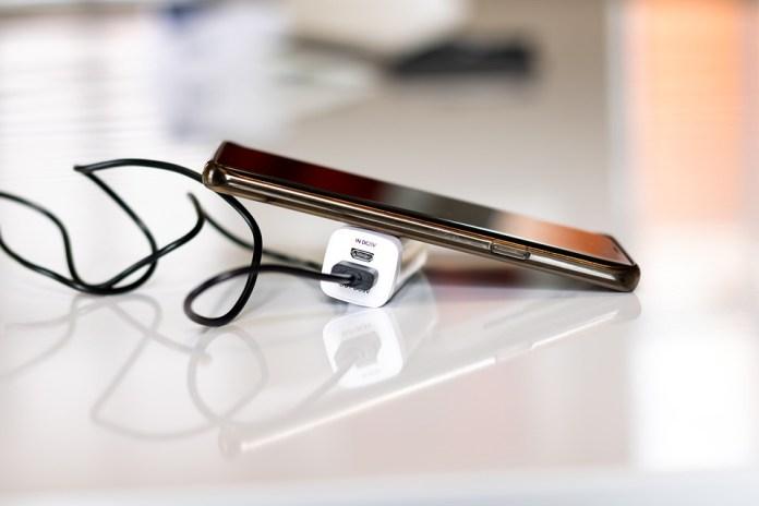 Еврокомиссия предложила ввести в ЕС единый стандарт зарядки смартфонов