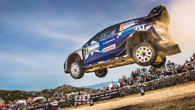 Ott Tanak festeja na Sardenha a sua primeira vitória no WRC